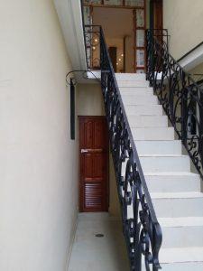 escalera-de-acceso-a-habitaciones-1-y-2-225x300-jpg