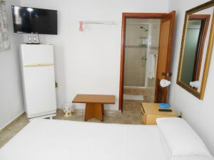 hostal-el-pino-habitacion-2-entrada-banno-1024x768-300x225-jpg