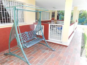 hostal-el-pino-terraza-mecedor-1024x768-300x225-jpg