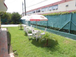 hostal-el-pino-terraza-sombrillas-1024x768-300x225-jpg